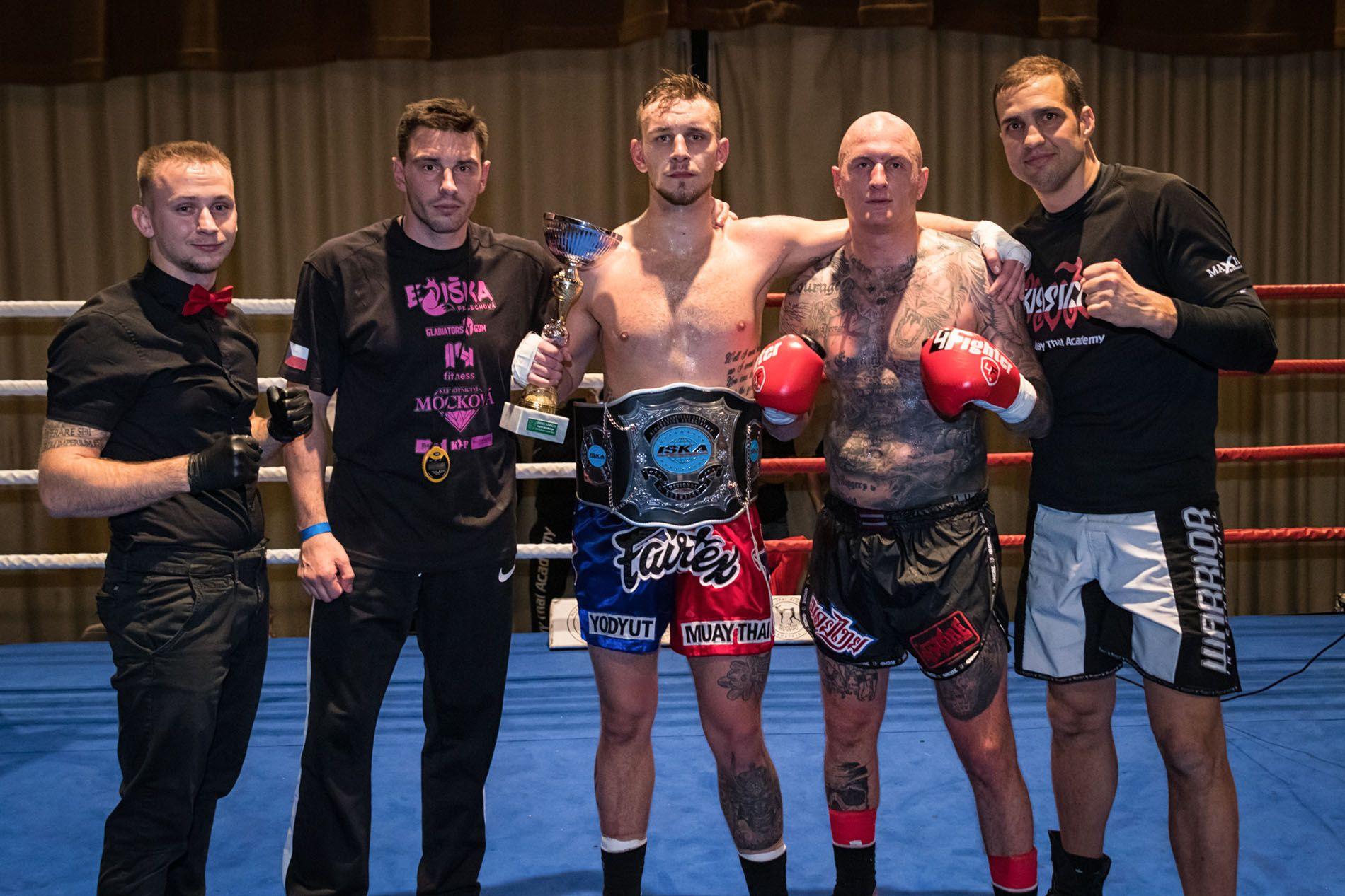 Gruppenfoto mit David Brandl, David Keclik, Ringrichter und Gegner.
