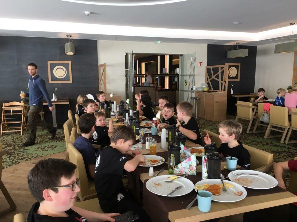 Die Kinder der Muay Thai Academy Rohrbach beim Essen im Aigo Kinderhotel.