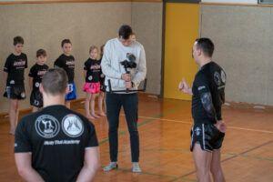 Ein Mann filmt einen Trainer der Muay Thai Academy Rohrbach.