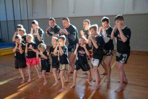 Kinder und Trainer der Muay Thai Academy Rohrbach machen einen Kampfschrei.