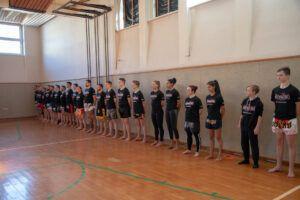 Viele Mitglieder der Muay Thai Academy Rohrbach in einer Reihe aufgestellt.